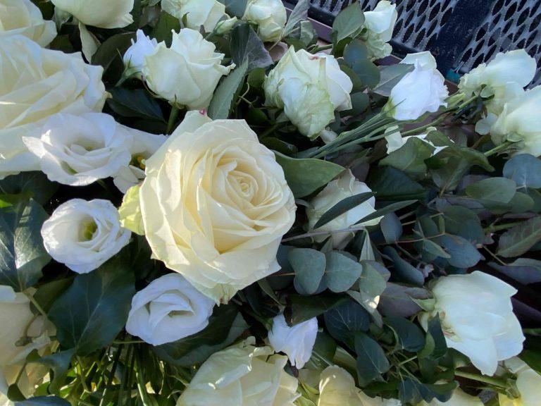 weiße Rose auf dem Sarg